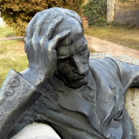 Babits Mihály ülő szobra