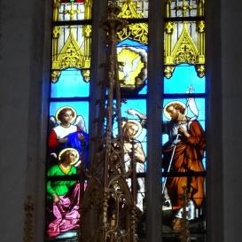 A szentély üvegablakai