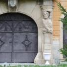 A Petrovszky-kastély kapuja körüli szobrok