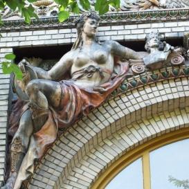 Az Olof Palme Ház szobordíszei
