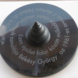 Békésy György emléktáblája
