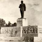 Sztálin-szobor és dísztribün