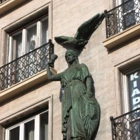 Volt MTA-bérház szobrai