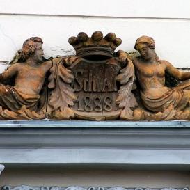A Schulhof-ház homlokzati szoborcsoportja