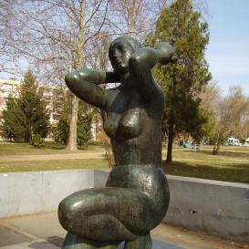 Térdelő nő
