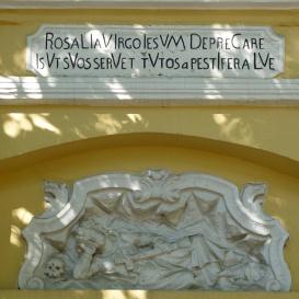 A Rozália-kápolna homlokzatának domborművei