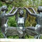 Háromfigurás díszkút