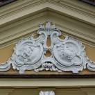 A Dardanellák nyári lak homlokzati díszítése a Máriássy-címerrel