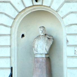 Busbach Péter dr. mellszobra