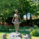 Szőlőt szedő lány