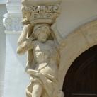 A püspöki palota homlokzatának szobrászati díszei