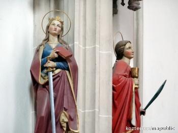 A szentély gótikus pillérein álló szobrok 1.