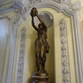 Antik nő vázával