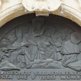 A mennybe felvett Mária, Ég és föld királynéja domborműve