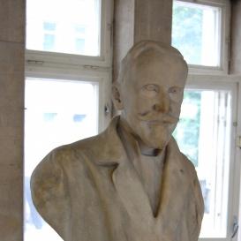 Prof. Dr. Tauffer Vilmos-mellszobor
