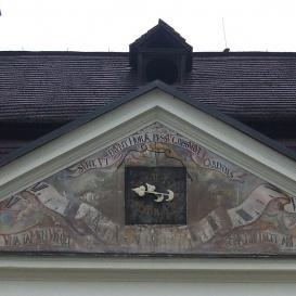 A Koháry-Coburg-kastély homlokzati oromképei