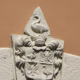 Fejérvári-ház címere és épületdíszei