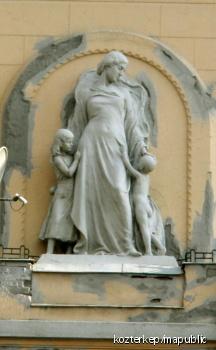 Anya két gyermekével