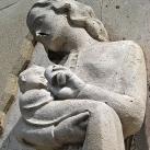 Gyermekét istápoló anya