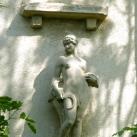 Meztelen nő sarlóval