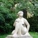 Ülő nő lepellel-szobor