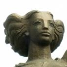 Pálmaágat tartó nő
