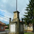 Országzászló és világháborús emlékmű