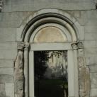 A vértesszentkereszti bencés templom nyugati kapuzata