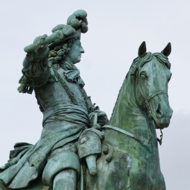XIV. Lajos lovasszobra