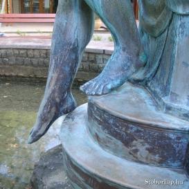 Vízbe lépő lány