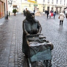 Kati néni, a fertályos asszony szobra