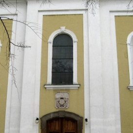 Kiskunhalasi római katolikus templom épületszobrai