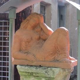 Pihenő lány szobra