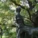 Leányka csikóval-szobor