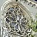 A Vajdahunyadvár gótikus szárnyának mérműves ólomüvegablaka, szobordíszekkel