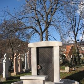 Az elűzetés emlékműve: A bezárt kapu