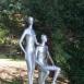 Ülő férfi, álló nő