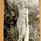 Támaszkodó nő szobra