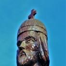 Kopjafa Szent István fejszobrával