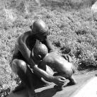 Térdelő anya gyermekével