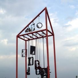 Guruló kozmosz (zenélő mobil) szobor