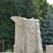 A fehér ember szobrát idéző emlékmű