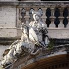 A homlokzat erkélyének szobrai