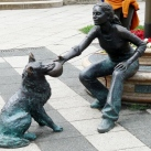 Kutyás lány-szobor
