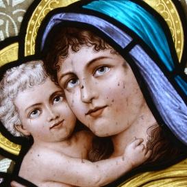 Szent Kereszt Felmagasztalása plébániatemplom üvegablakai