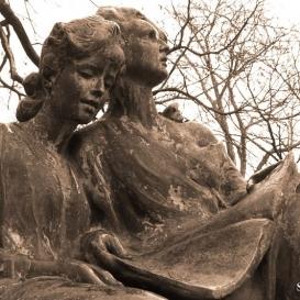 Olvasó lányok szobra