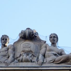 A Kossuth téri bérpalota szobordíszei