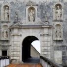 A fraknói vár nyugati oldalon nyíló kapujának szobordíszei