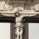Feszület (az Apátúr-ház épületszobrai III.)