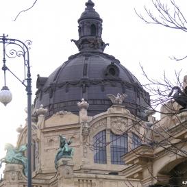 A Széchenyi fürdő homlokzati fém szobrai